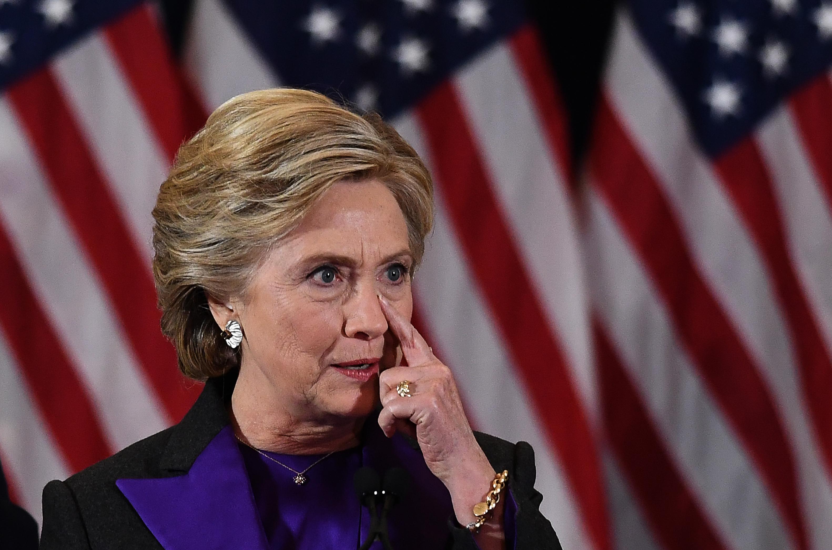 Hillary Clinton culpa parcialmente al director del FBI por su derrota