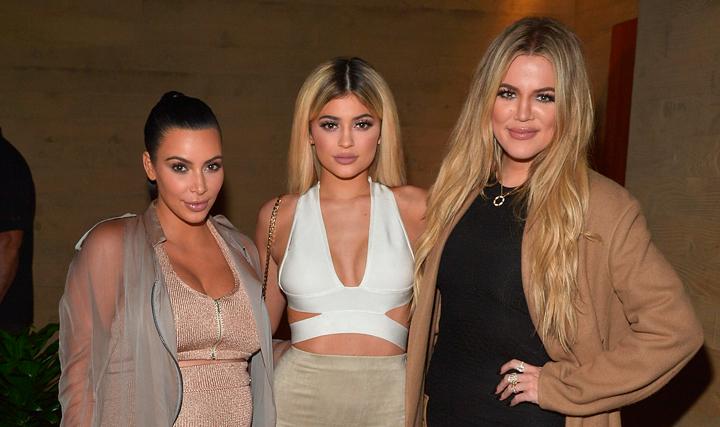 Birthday present? Khloé y Kylie se burlan de las 'nude selfies' de Kim