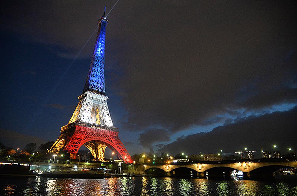 Torre eiffel con colores de cada participante en eurocopa for Cuando se construyo la torre eiffel