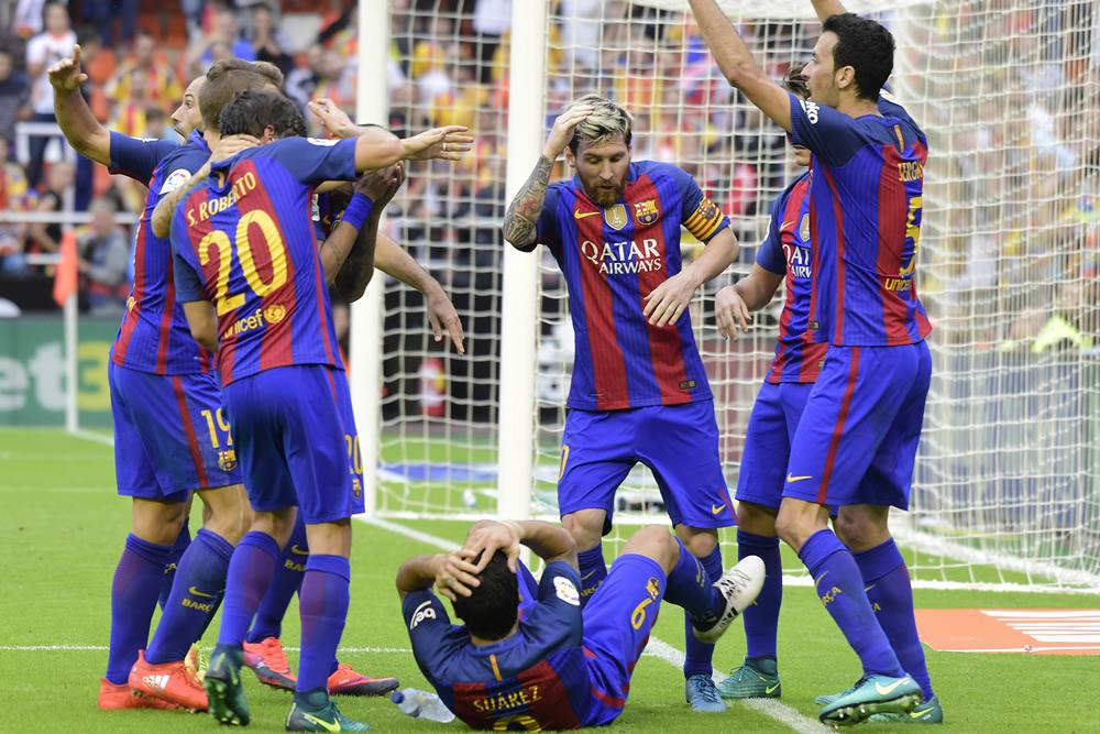 Lanzaron botellazo a Neymar; Messi encaró a aficionados
