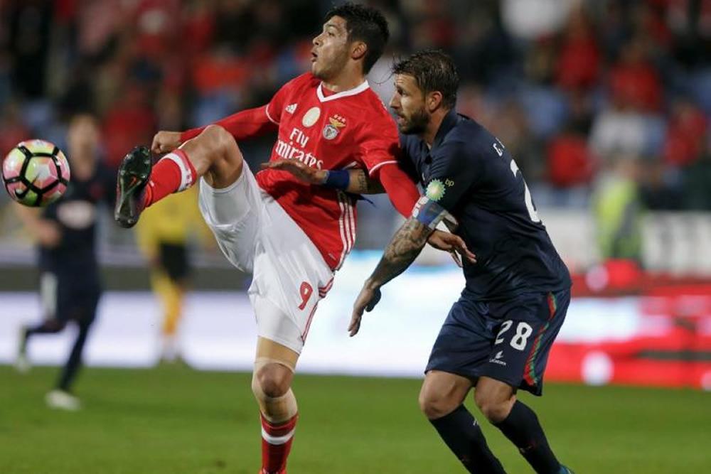 Raúl Jiménez entró de cambio y Benfica se afianza al liderato