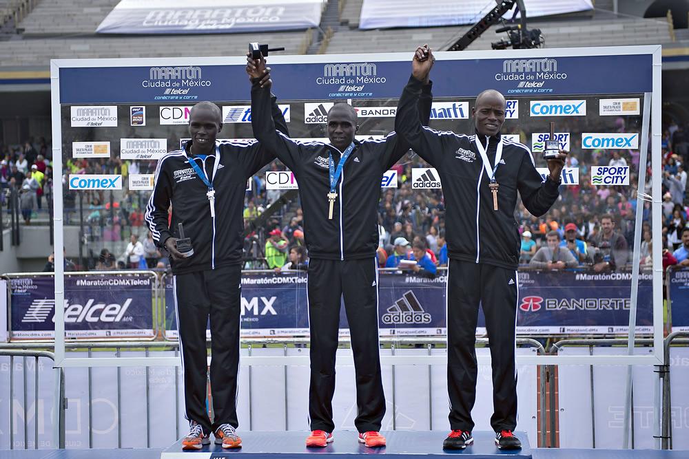 Kenianos celebraron triunfo en Maratón CDMX con trofeos femeniles